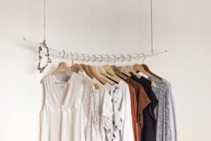 Kleider an Stange